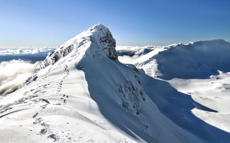Narrow ridge track Mount Ruapehu